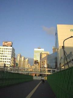 早朝の新宿で。